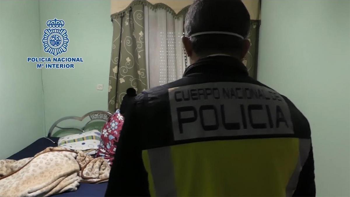Un agente de Policía Nacional durante una operación contra la trata de personas.