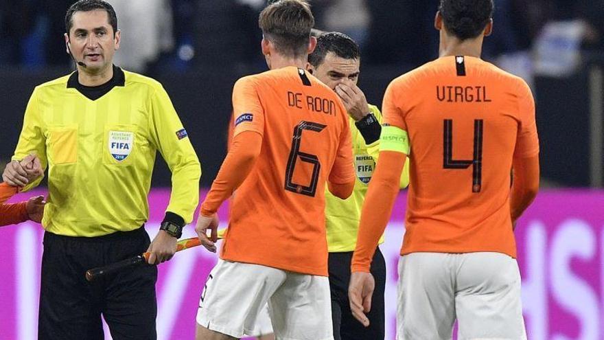 El árbitro del Alemania-Holanda pitó desconsolado por la muerte de su madre
