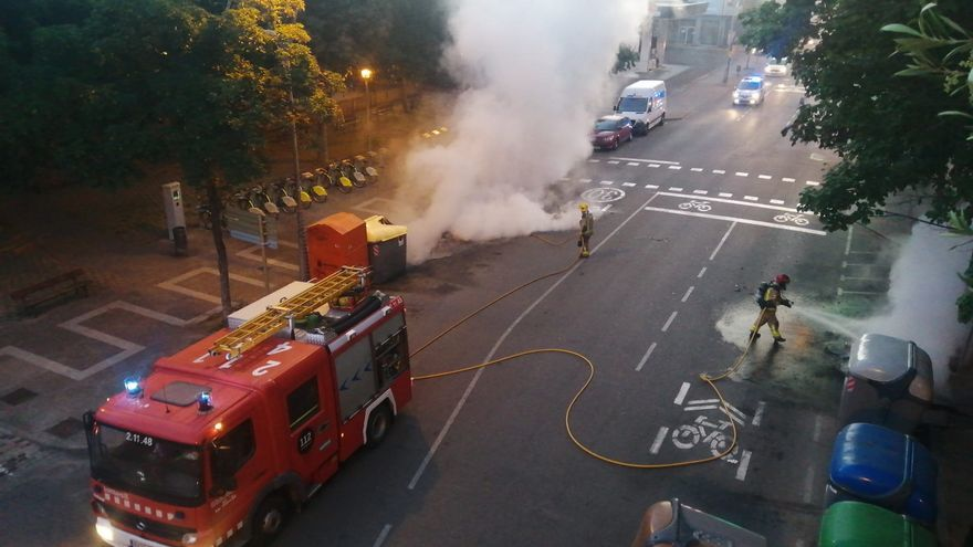 Cremen un cotxe i diversos contenidors a Santa Eugènia