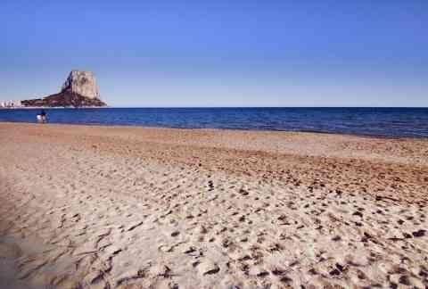 L'Arenal-Bol, en Calp, con bandera azul. La Fossa, en la misma localidad, también tiene el distintivo