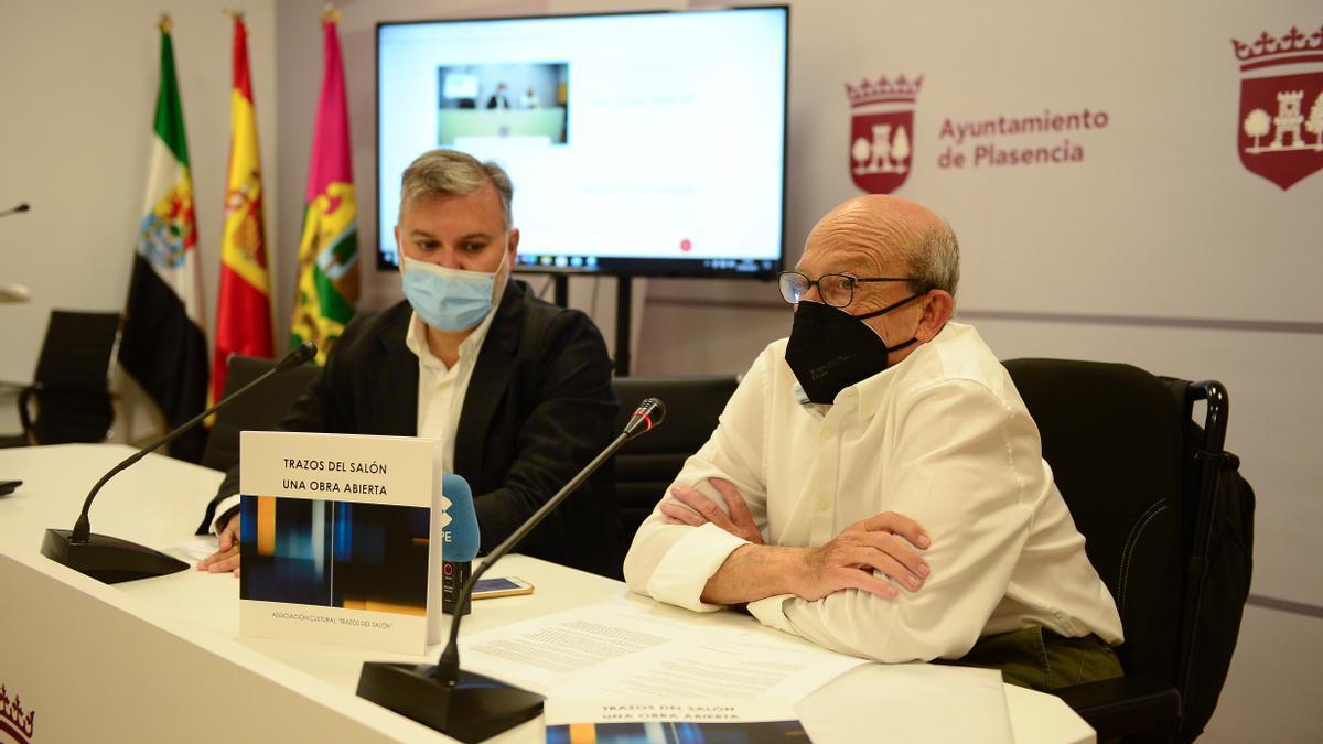 Santiago Antón y el alcalde, con uno de los ejemplares del libro.