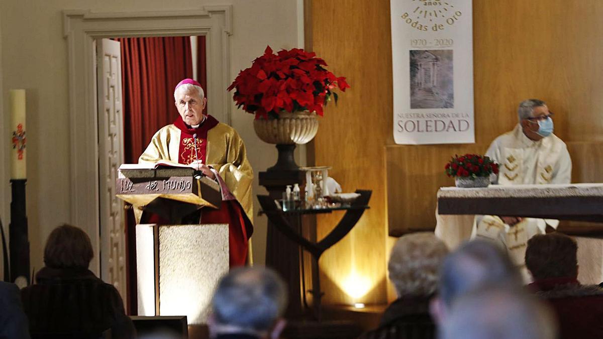 Un instante de la eucaristía celebrada ayer en La Soledad y oficiada por el obispo Quinteiro Fiuza.  | // J. L.