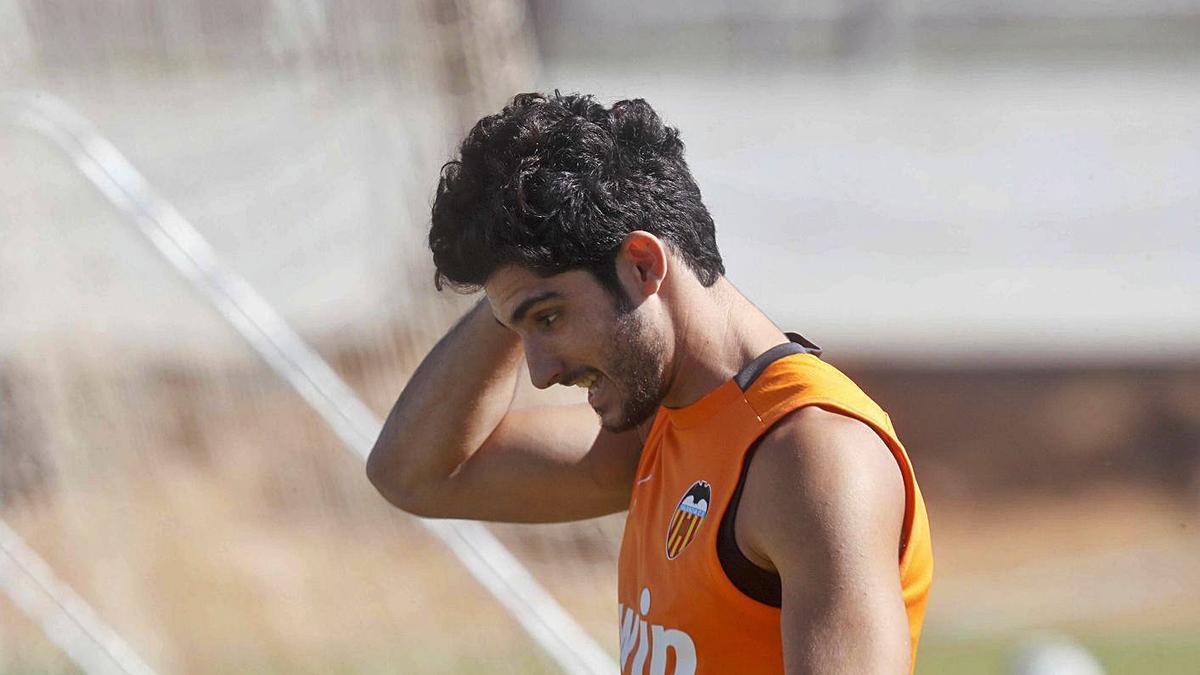 Guedes, durante un entrenamiento en Paterna.  | J.M. LÓPEZ/SD