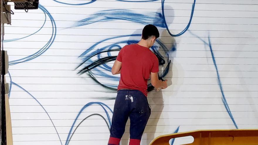 VÍDEO | Grafitti en la puerta del Corte Inglés de Paseo Sagasta