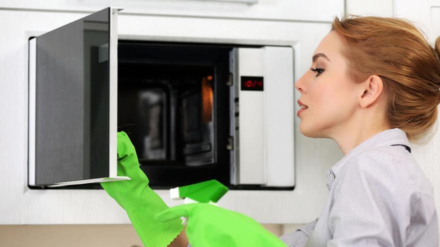 El método casero para limpiar en profundidad el microondas en 15 minutos