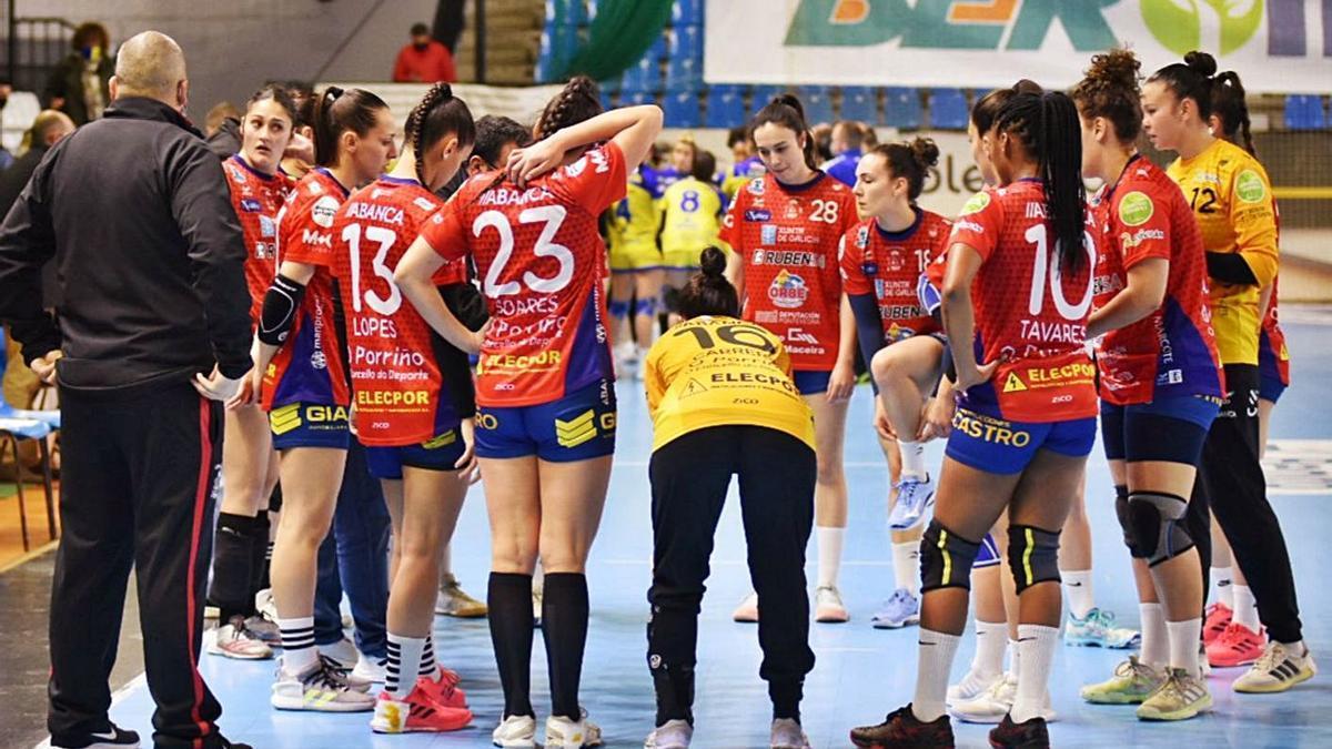 Isma Martínez da instrucciones a sus jugadoras durante un tiempo muerto del partido.    // FDV