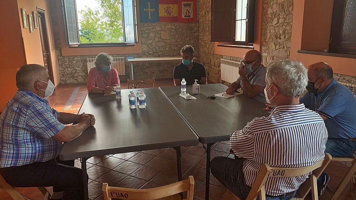 Un momento de la reunión de los vecinos de Poago con Ana González y el edil José Ramón Tuero ayer.