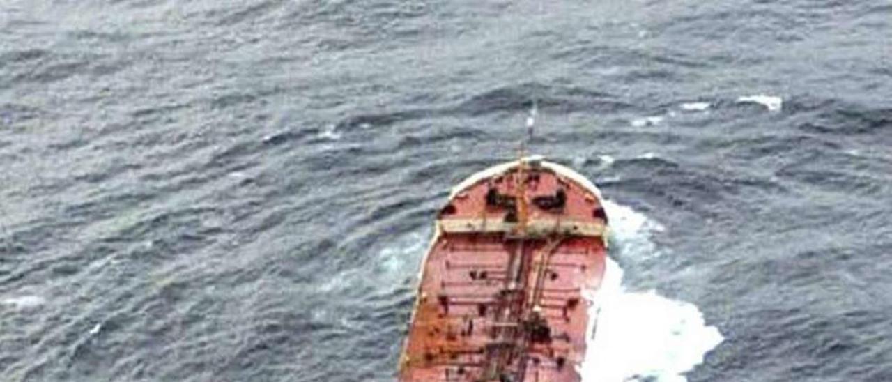 El petrolero Prestige tras sufrir una vía de agua en noviembre de 2002. // Reuters