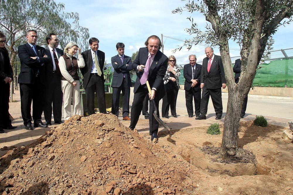 Plantando un árbol en Son Bibiloni en memoria de las víctimas de los atentados del 11-M.