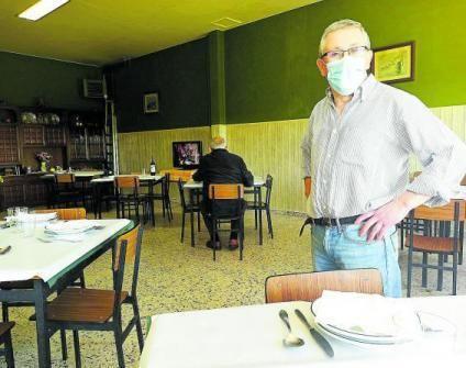 José Avelino Pérez, en el comedor de su restaurante, a medio gas, en La Espina (Salas).   S. Arias