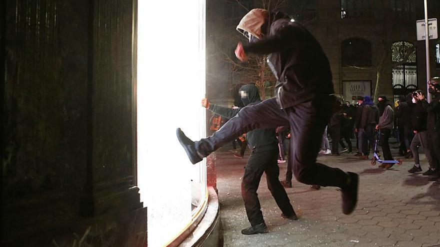 Disturbios y saqueos en las protestas por Pablo Hasél en Barcelona