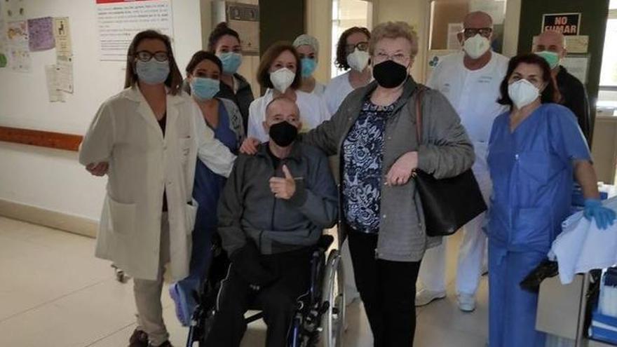 Un pacient de coronavirus surt de l'hospital després de 324 dies ingressat
