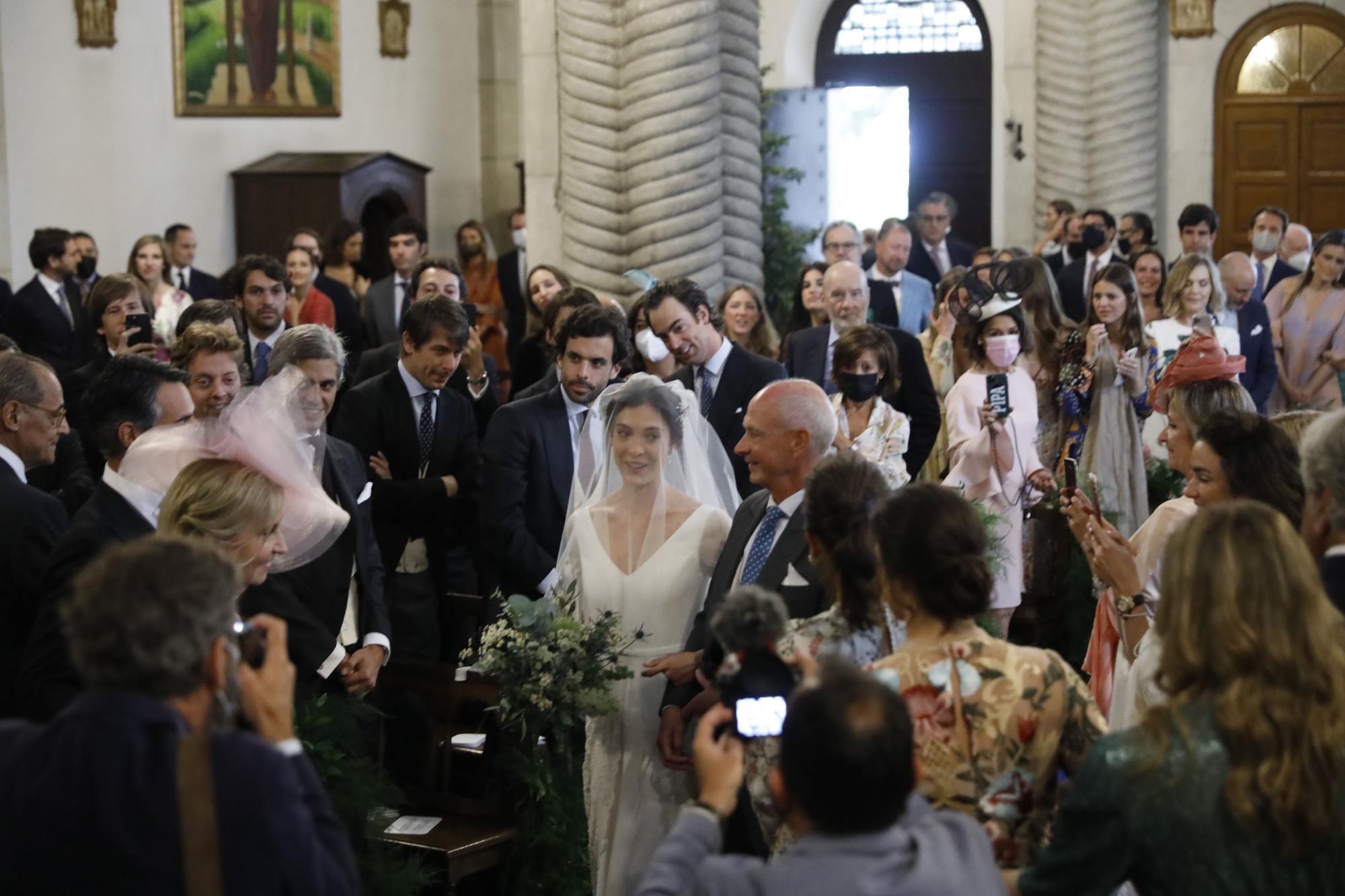 """La boda de la """"jet set"""" en Gijón: Pedro Bravo y Carlota Pérez-Pla se dan el sí quiero"""