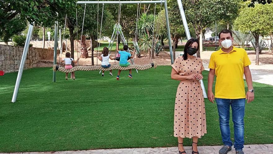 Concluye la reforma de las dos áreas infantiles del Parque de los Pinos de Puente Genil