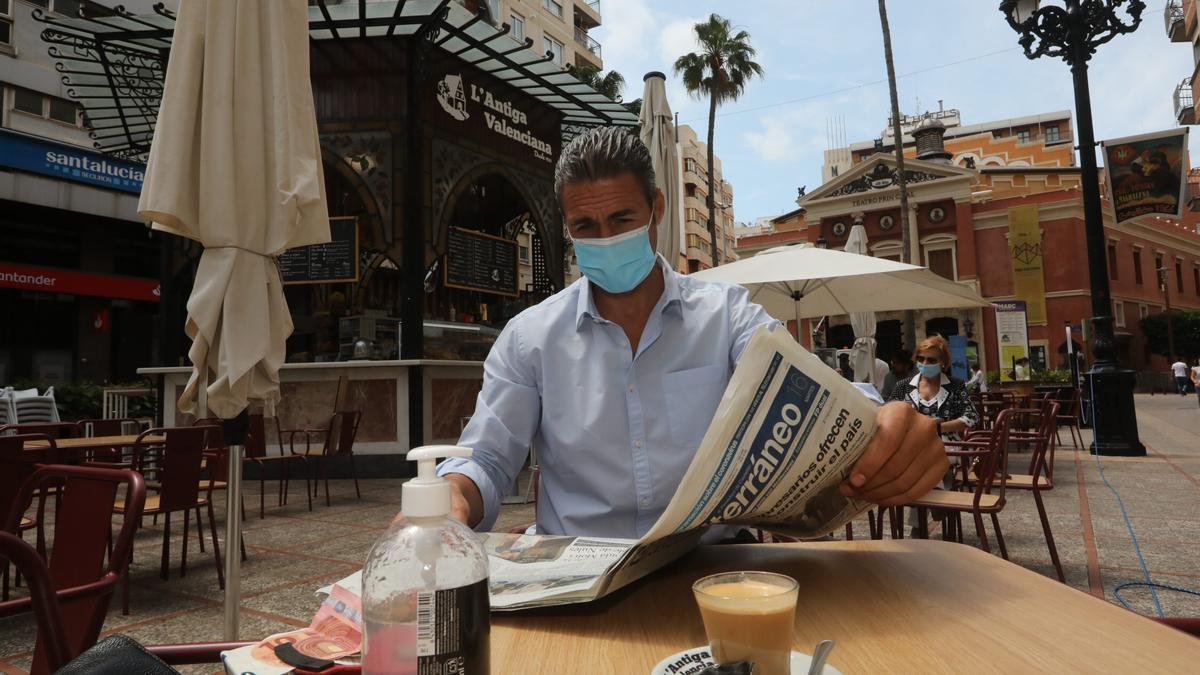 La lectura de la prensa es segura, puesto que la alta porosidad del papel reduce el posible contagio.