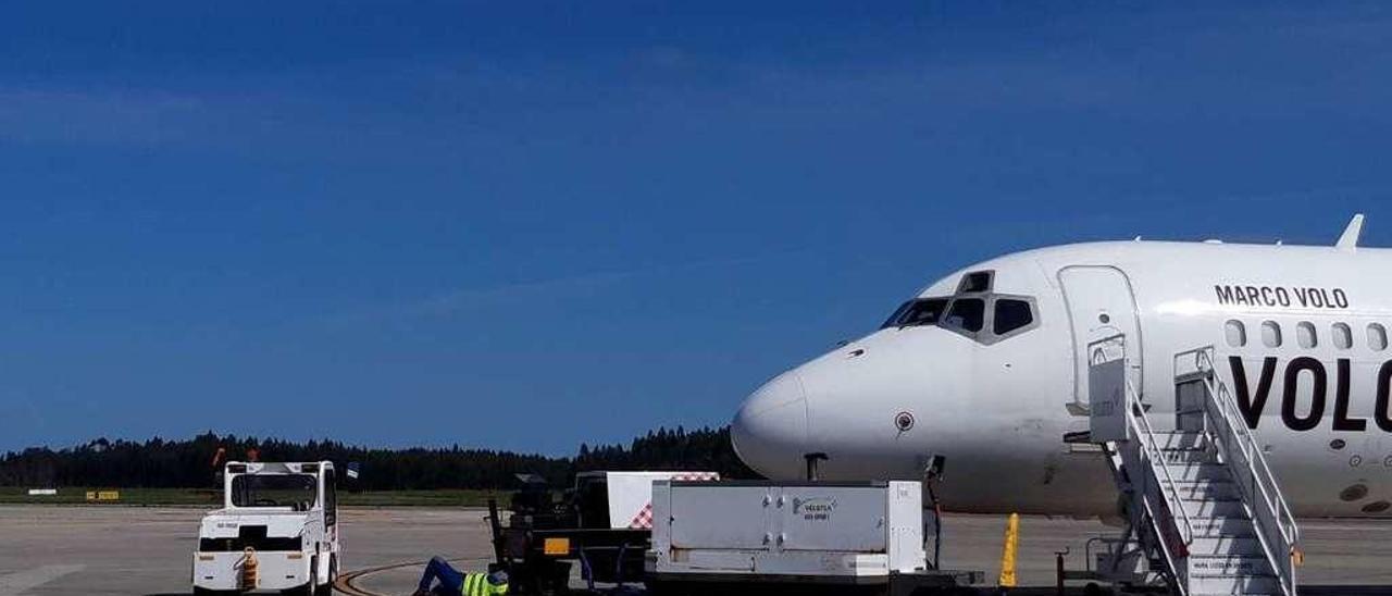 Un técnico de mantenimiento realiza tareas de revisión en un avión.