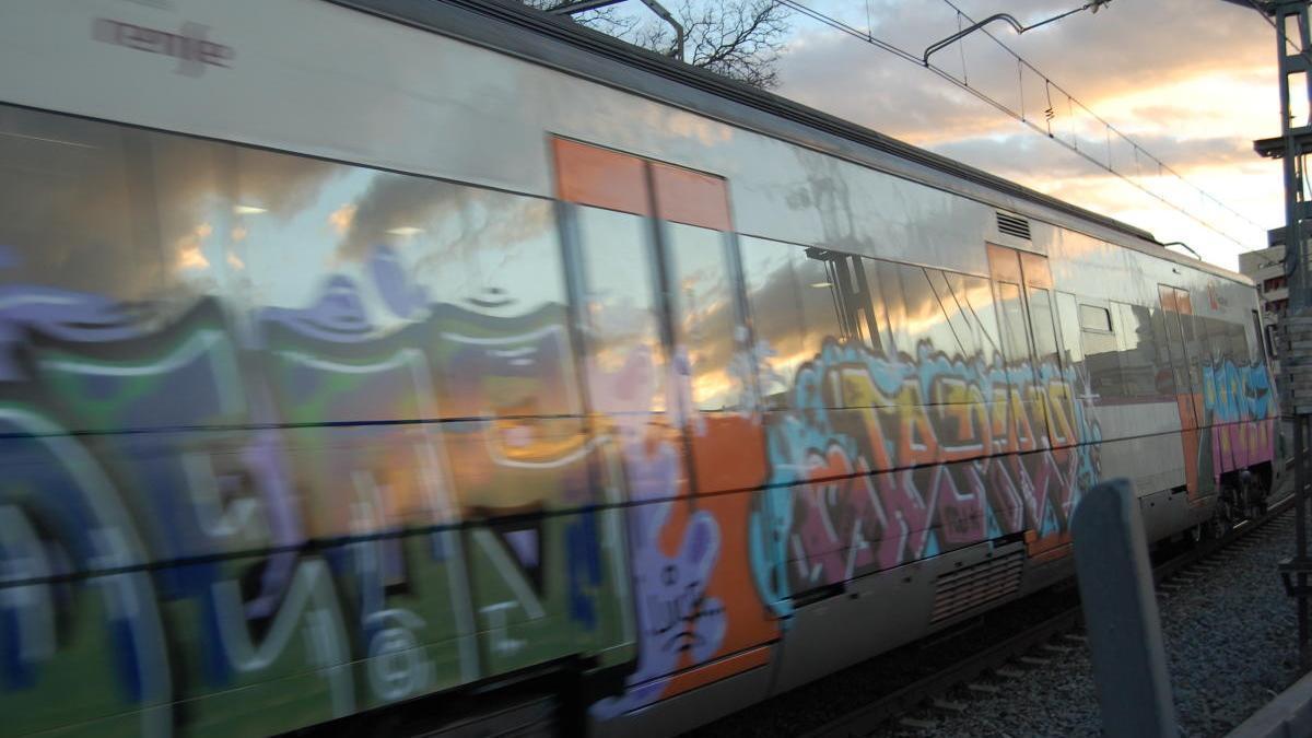 Un dels trens de la línia Portbou-Barcelona, al seu pas per Figueres.
