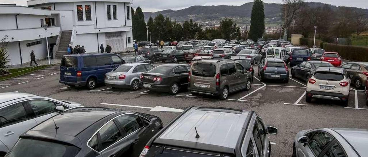 El aparcamiento del tanatorio ovetense de Los Arenales, ayer, a rebosar.
