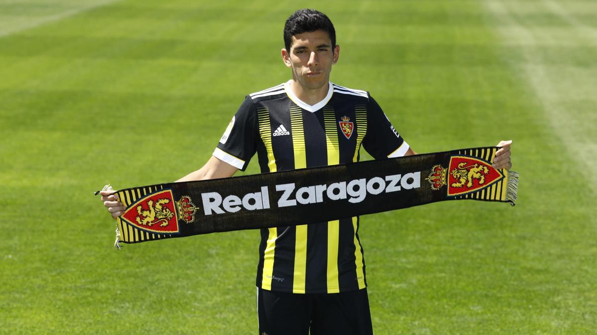 Gámez posa con la bufanda del Real Zaragoza