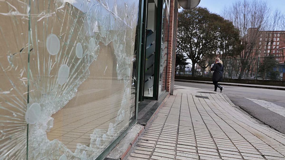 Cafetería de la calle Bailén donde se produjo el intento de robo, ayer, con la luna aún rota. | Marcos León