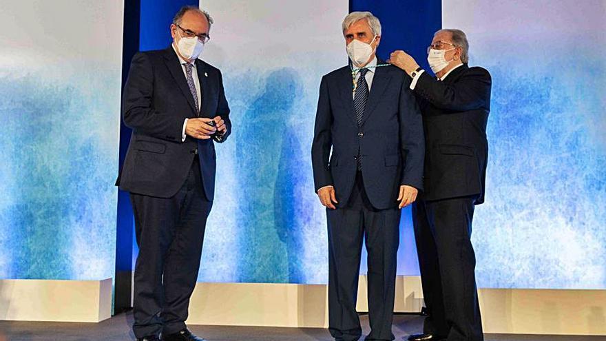 A.M.A. entrega su Insignia de Oro y Brillantes al veterinario José Badiola