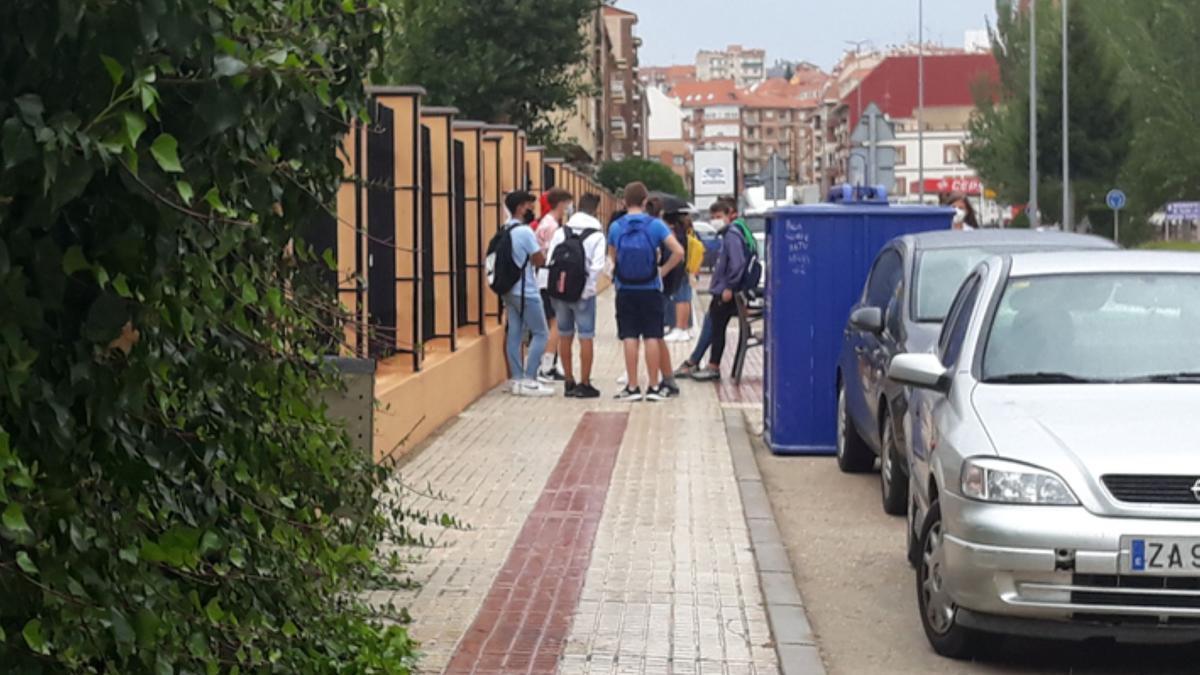 Un grupo de jóvenes en Benavente. / E. P.
