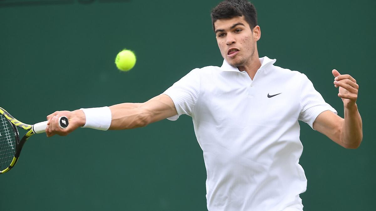 Carlos Alcaraz durante su duelo en Wimbledon.