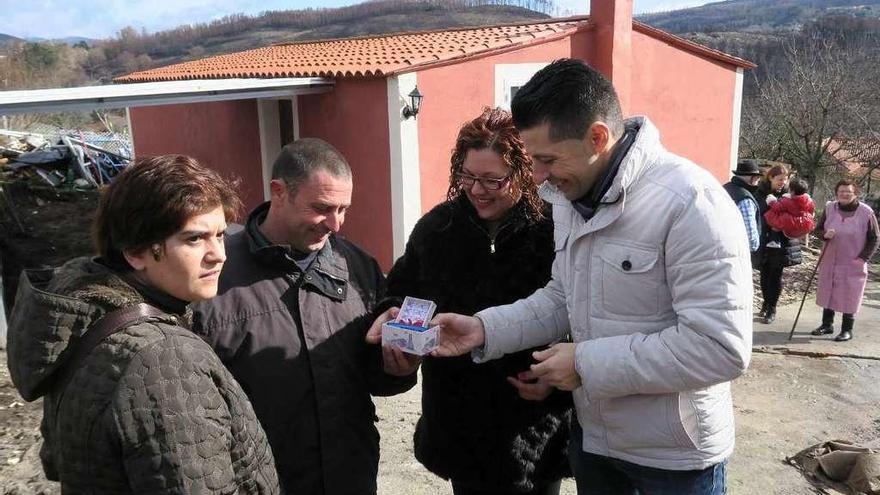 La solidaridad vecinal permite restaurar la casa de una familia destruida por los incendios