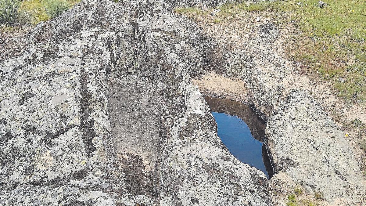 """Parte de los restos arqueológicos de la """"cama de los moros"""" en Fresno de La Carballeda."""