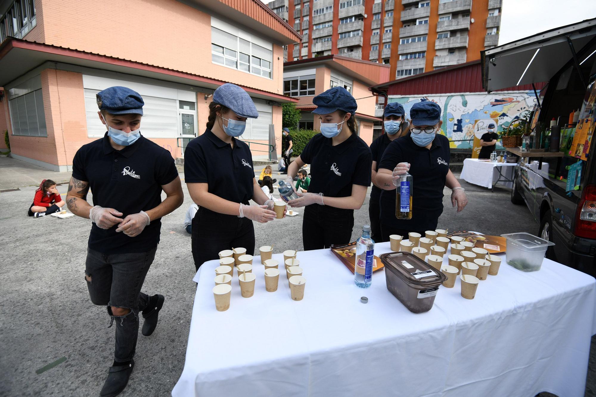 """La """"food track"""" del CIFP Carlos Oroza lleva sus menús equilibrados a los alumnos del Campolongo"""