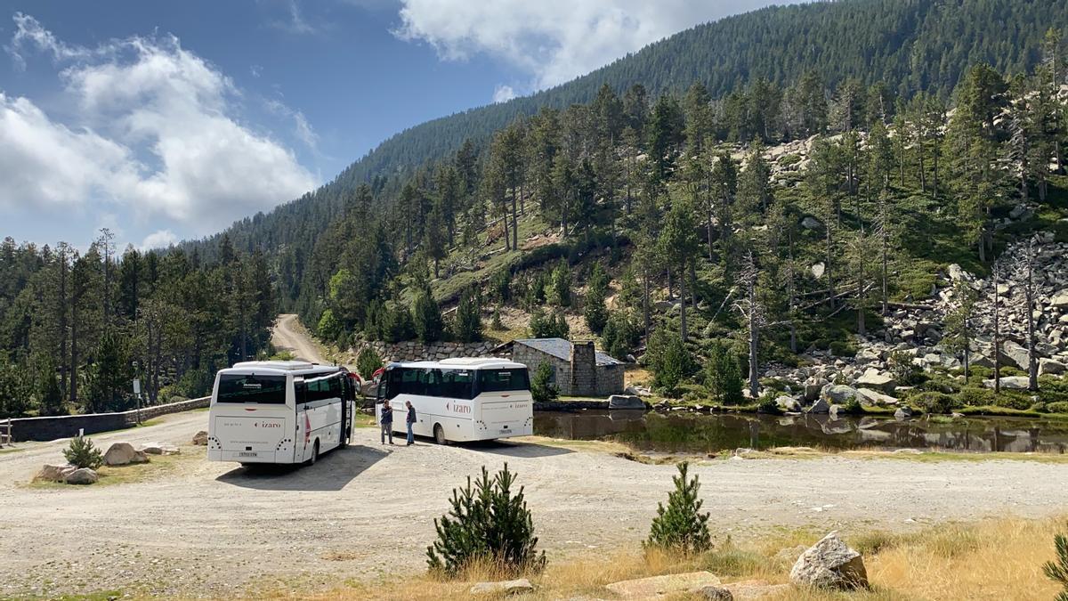 Els dos busos llançadora aparcats a l'entorn de la font de Pollineres, a Lles de Cerdanya