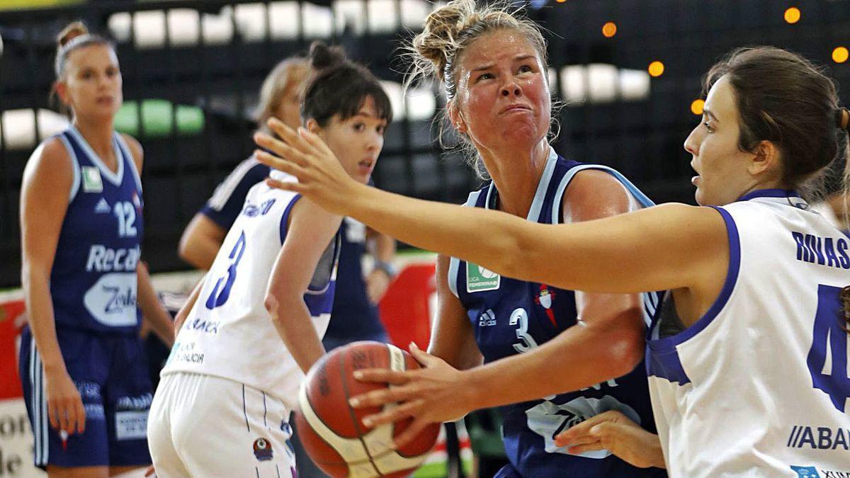 Davydova es defendida por una rival durante el partido.