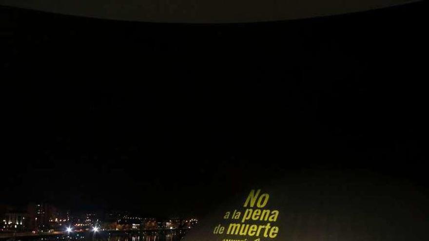 El centro Niemeyer se iluminó ayer por la noche contra la pena de muerte