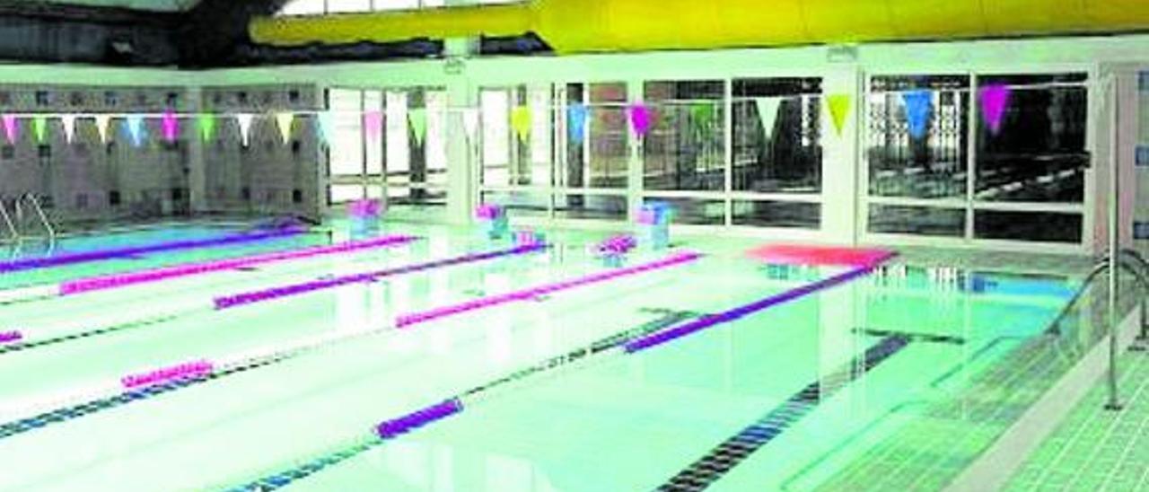 La piscina cubierta de La Pobla de Farnals lleva cerrada un año por problemas con la contrata. | A. L.P.F.
