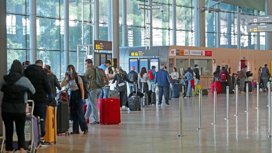 Decenas de turistas son repatriados desde Manises con destino a Italia