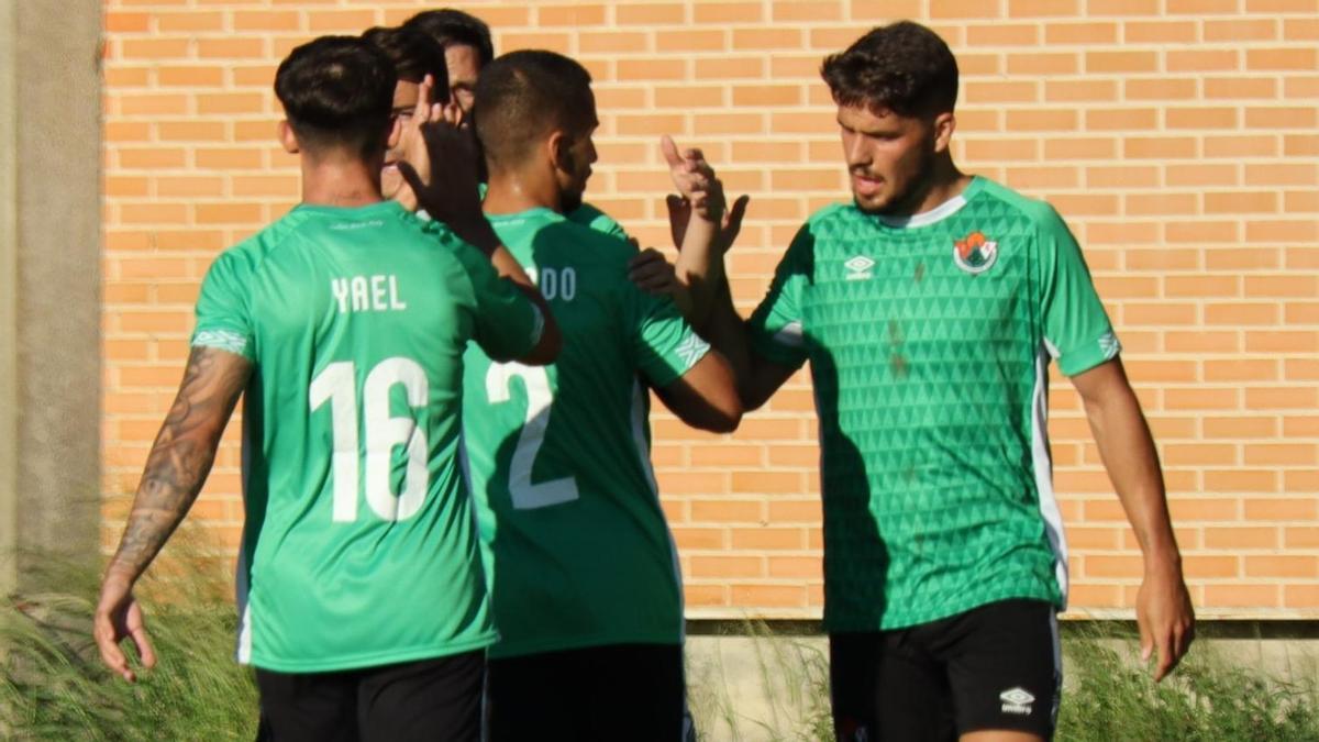 Celebración de un gol del Cacereño.