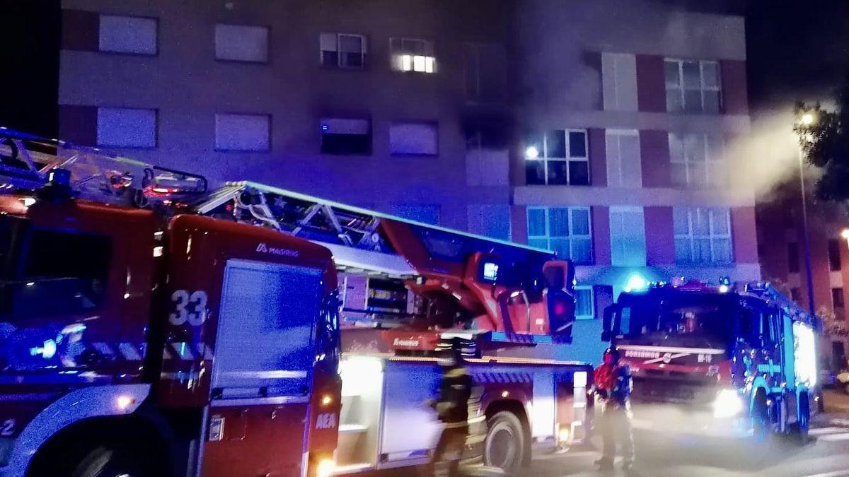Imagen de la actuación de los bomberos durante la pasada madrugada.