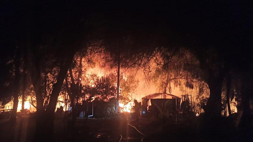 Laboriosa extinción de un incendio en una casa de campo en Sant Jordi
