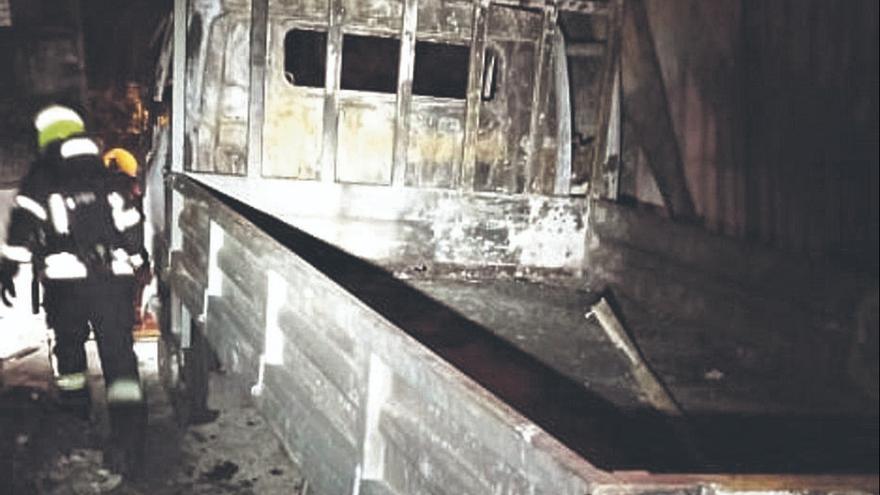 Un perro muerde a dos bomberos en el incendio de un taller en Vecindario