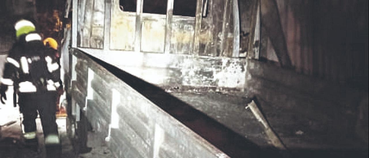 Una de las dos furgonetas afectadas por el incendio en un taller de Vecindario.     LP/DLP