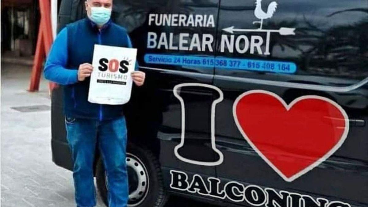 La imagen manipulada de la furgoneta fúnebre con la frase 'I love balconing'.