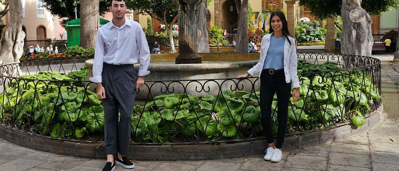 Adrián Jiménez y Sara Bolaños, en la plaza de Santiago de Gáldar. | | JOSÉ CARLOS GUERRA