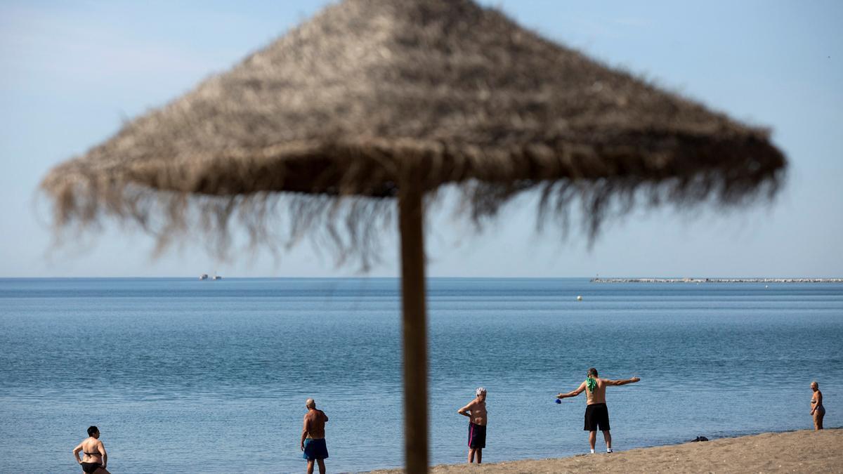 La zona de hamacas y sombrillas se aconseja que esté más lejos de la orilla.