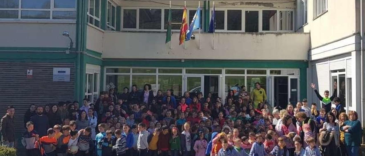 La concentración celebrada en la mañana de ayer en el colegio de Arenas de Cabrales.