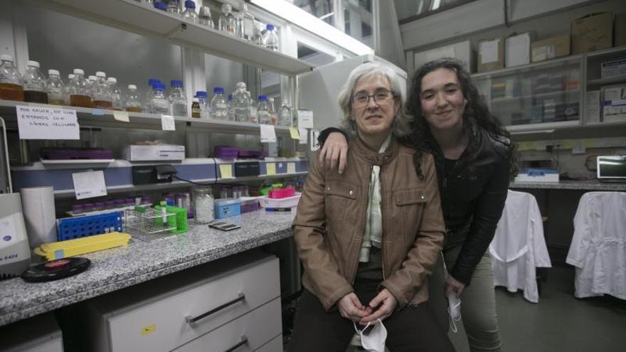 Beatriz del Río, con su hija Olaya Lajara en el laboratorio donde estudia cómo eliminar compuestos tóxicos de los alimentos. Olaya quiere ser guardia  civil.
