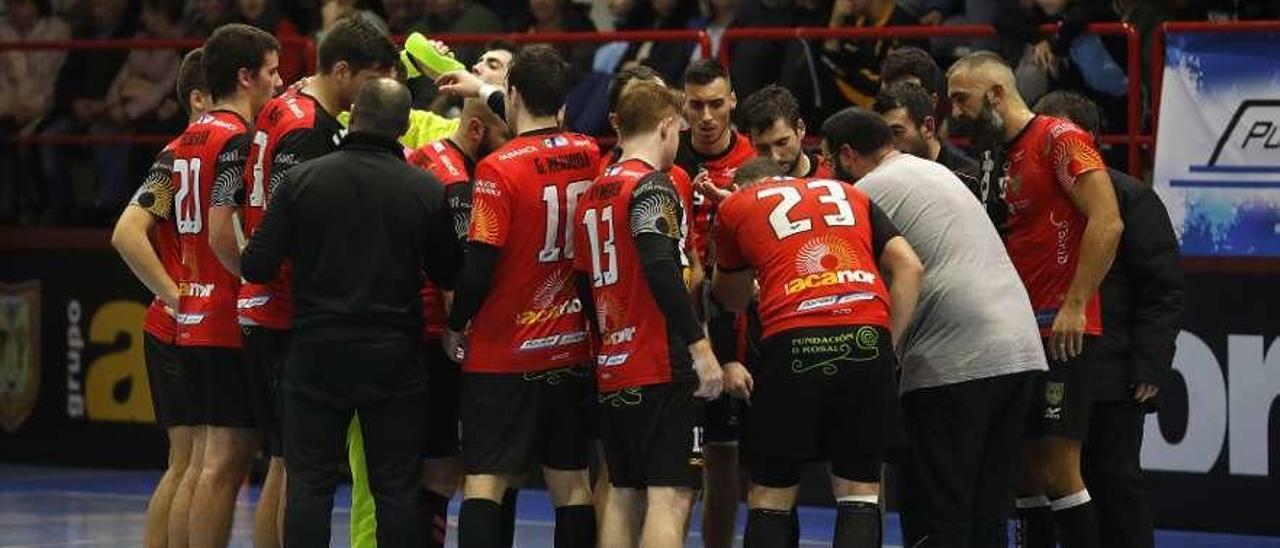 Los jugadores del Acanor escuchan a Isma Martínez durante un tiempo muerto. // Alba Villar