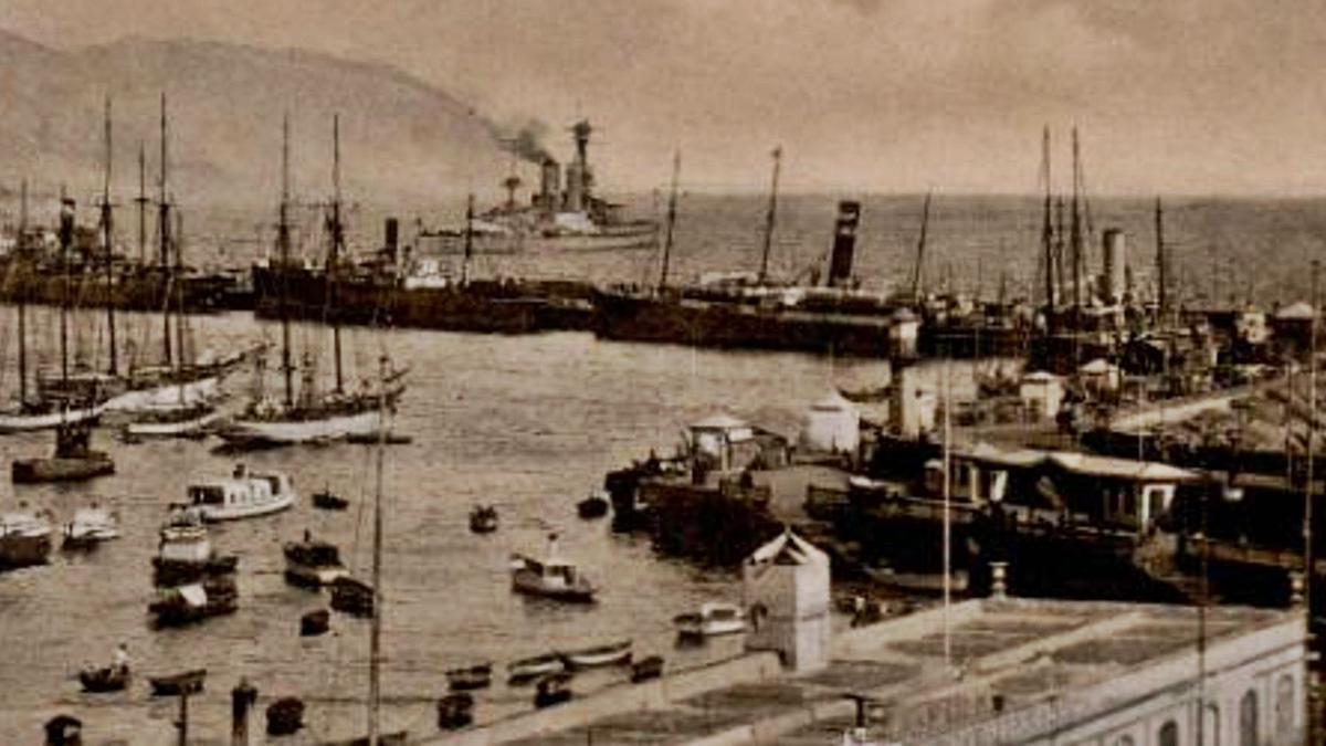 Vista del Puerto de Santa Cruz de Tenerife en 1920, con los edificios portuarios en primer término.