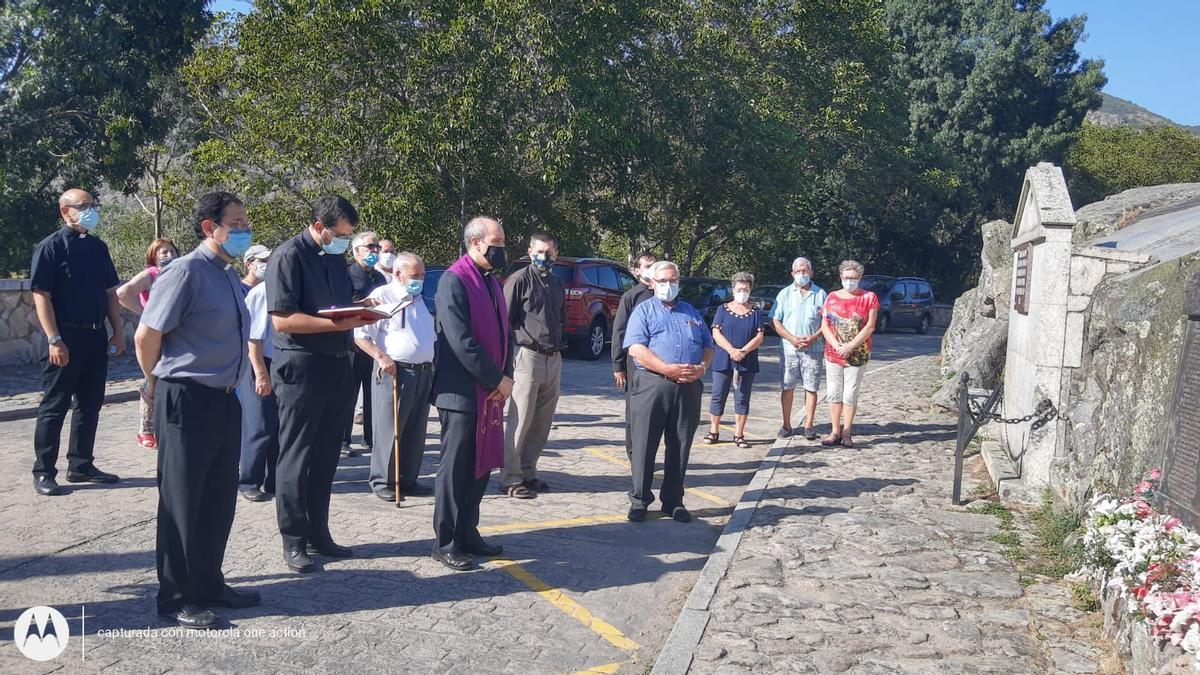 El obispo de Astorga, Jesús Fernández, reza un responso por las víctimas de la tragedia de Ribadelago.