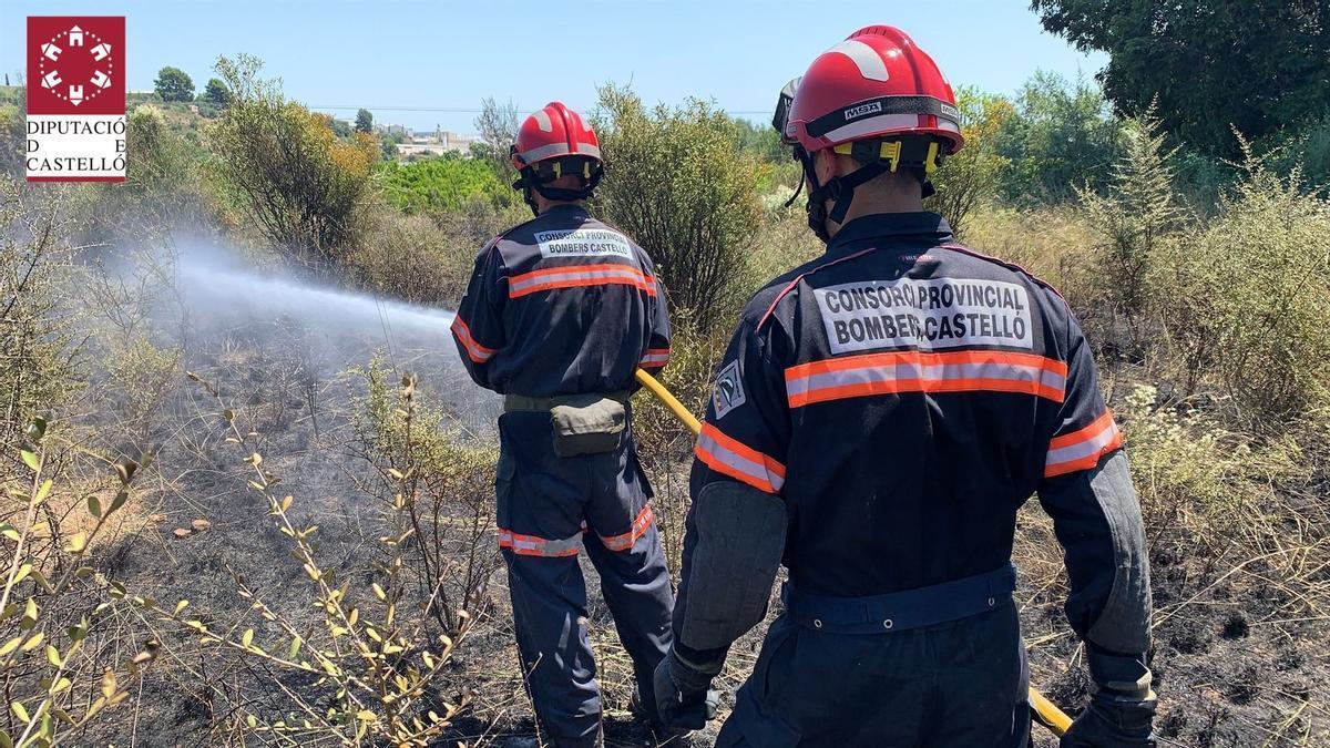 Bomberos en plenas tareas de extinción del incendio declarado en la zona del Tosalet en el término municipal de Onda.