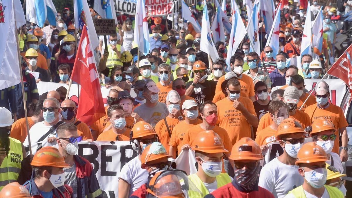 """Cientos de personas reclaman en A Coruña """"valentía política"""" por la industria electrointensiva gallega"""